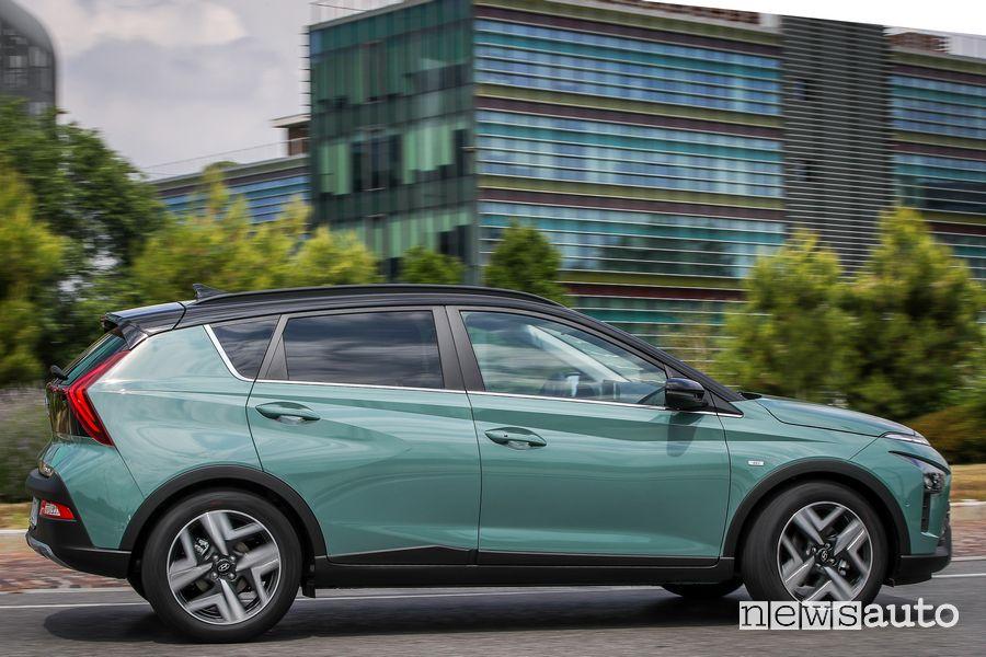 Vista laterale nuova Hyundai Bayon su strada