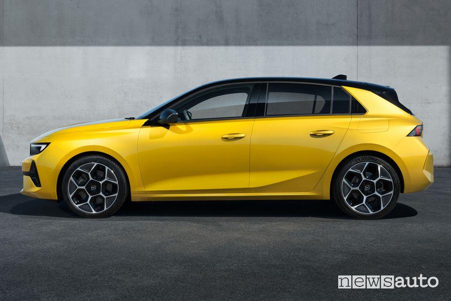 Vista laterale nuova Opel Astra
