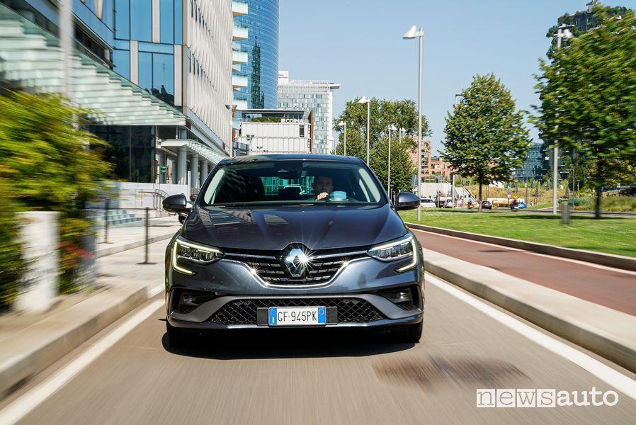 Vista anteriore Renault Mégane E-Tech Plug-in Hybrid Business su strada
