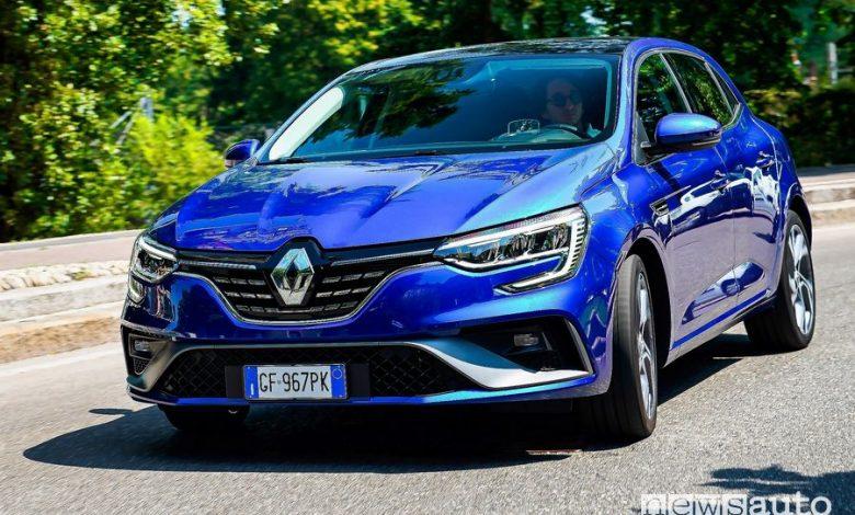 Vista anteriore Renault Mégane E-Tech Plug-in Hybrid RS Line su strada
