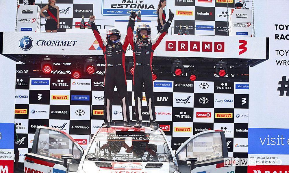 Kalle Rovanperä festeggia la vittoria ai piedi del podio del Rally d'Estonia 2021