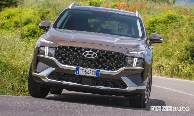 Vista anteriore nuova Hyundai Santa Fe Plug-In su strada