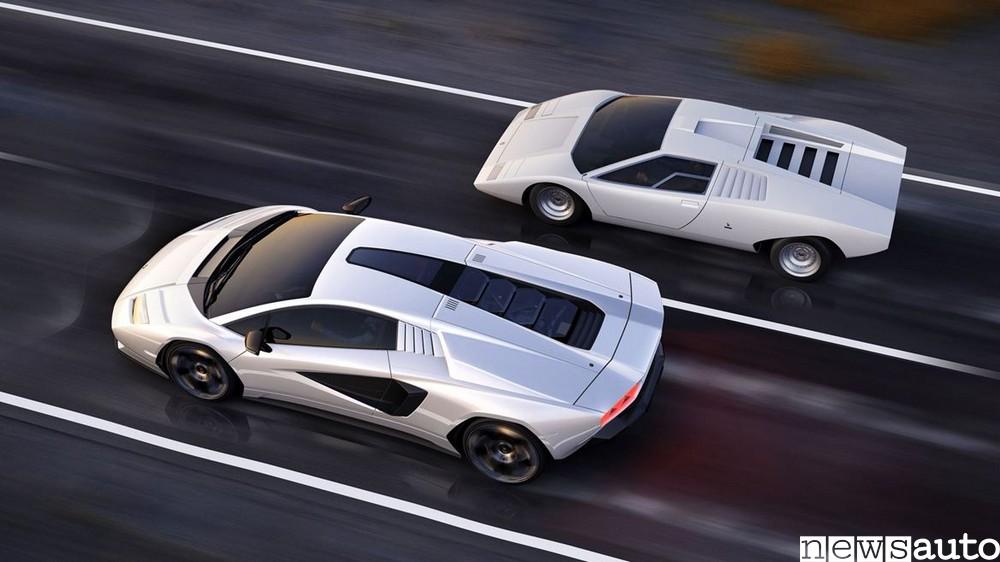 Confronto tra le due Lamborghini Countach, a destra il modello del 1974, a sinistra quello del 2022