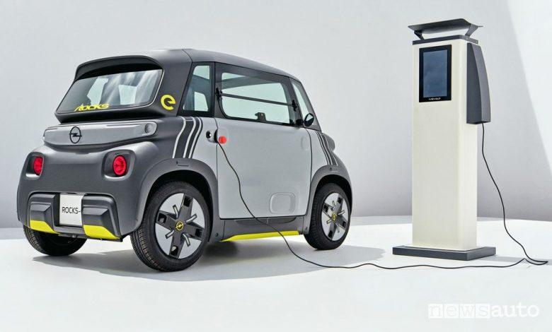 Opel Rocks-e macchinetta elettrica in ricarica da colonnina pubblica
