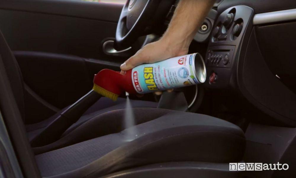 Come non sporcare e pulire i sedili dell'auto durante il rapporto sessuale