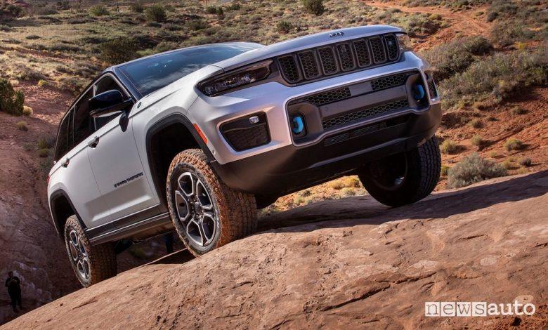 Vista di profilo nuova Jeep Grand Cherokee Trailhawk 4xe sullo sterrato