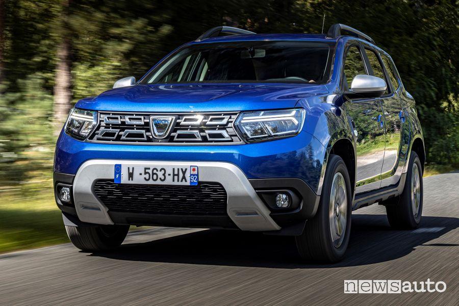 Vista di profilo nuovo Dacia Duster 4x4 Iron Blue su strada