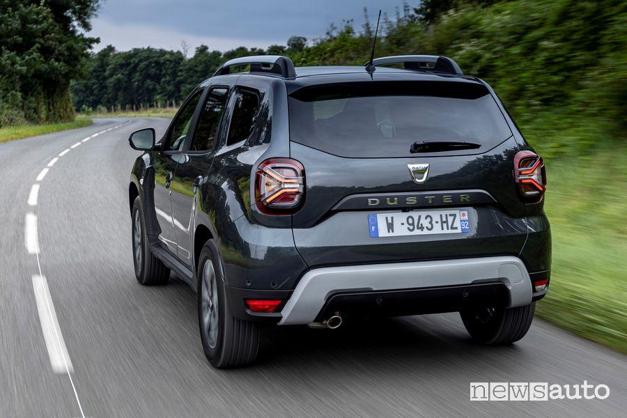 Vista posteriore nuovo Dacia Duster 4x2 GPL su strada