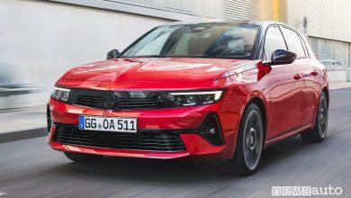 Vista di profilo nuova Opel Astra su strada