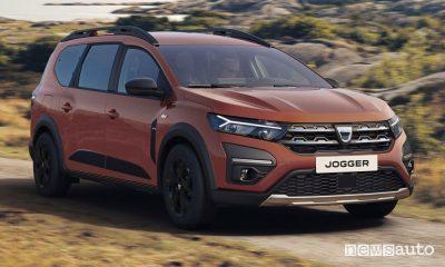 Vista di profilo nuovo Dacia Jogger Extreme in movimento