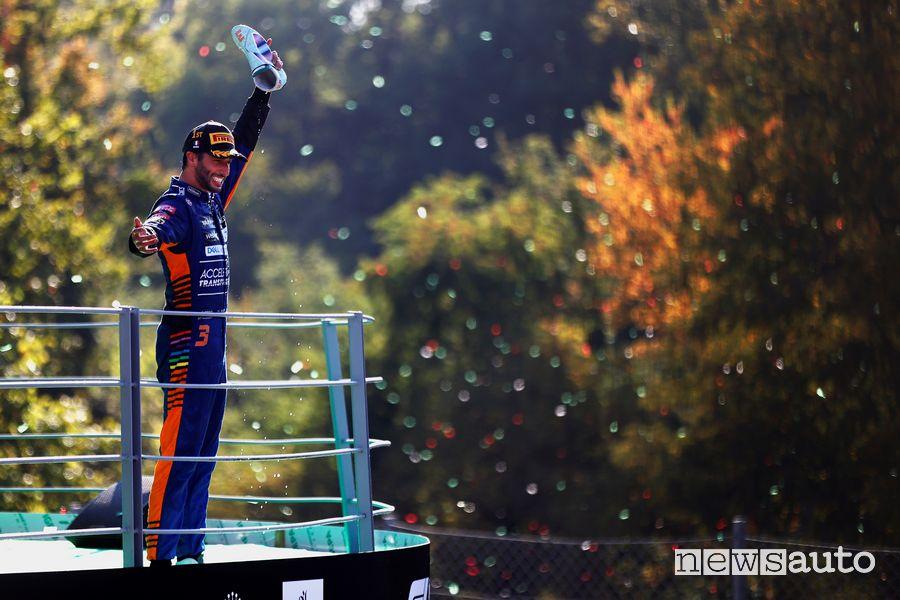 Daniel Ricciardo festeggia sul podio di Monza la vittoria del Gp d'Italia