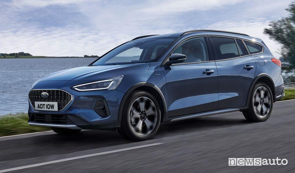Vista di profilo nuova Ford Focus Active su strada