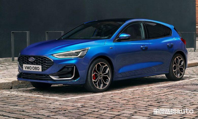 Vista di profilo nuova Ford Focus ST-Line