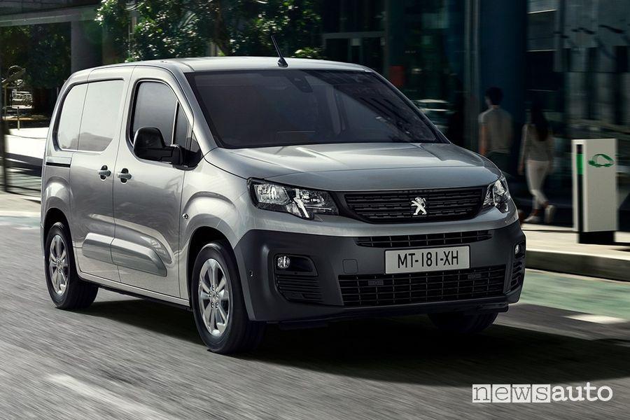 Peugeot e-Partner furgone elettrico su strada